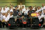 Gruppenbild bei HRT mit Bruno Senna, Christian Klien und Karun Chandhok