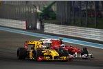 Vitaly Petrov (Renault) wehrt sich gegen Fernando Alonso (Ferrari)