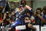 Jenson Button (McLaren) gratuliert Sebastian Vettel (Red Bull) zum WM-Titel