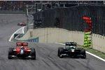 Heikki Kovalainen (Lotus) und Lucas di Grassi (Virgin) fighten beim Heimrennen des Brasilianers Rad an Rad