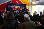 Adrian Newey (Technischer Direktor), Mark Webber (Red Bull), Sebastian Vettel (Red Bull) und Christian Horner (Teamchef) bei der Pressekonferenz