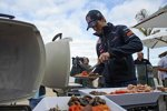 Mark Webber (Red Bull) beim Grillen