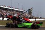 Startcrash: Marco Andretti (Andretti) fliegt über Scott Dixon (Ganassi) - außen Mike Conway (Andretti)