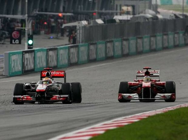 Lewis Hamilton vor Fernando Alonso
