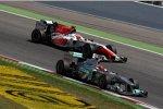 Michael Schumacher (Mercedes) und Narain Karthikeyan (HRT)