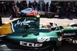 Jarno Trulli (Lotus), im Hintergrund Jenson Button (McLaren)