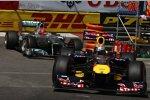 Sebastian Vettel (Red Bull) vor Michael Schumacher (Mercedes)
