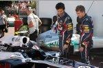 Mark Webber (Red Bull) und Sebastian Vettel (Red Bull) begutachten das Auto von Pastor Maldonado (Williams)
