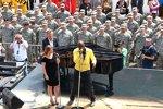 Kelly Clarkson und Seal singen die Hymne