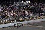 J.R. Hildebrand (Panther) schleppt seinen havarierten Dallara ins Ziel