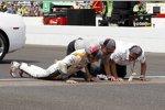 Dan Wheldon, Teamchef Bryan Herta und ein Sponsorvertreter küssen die berühmte Yard of Bricks