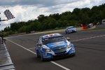 Robert Huff (Chevrolet) siegt in Lauf eins vor Yvan Muller (Chevrolet)