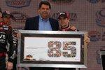 NASCAR-Präsident Mike Helton überreichte Jeff Gordon zu dessen 85. Sieg eine Collage