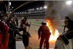 Feuer in der Box von Kasey Kahne (Red Bull)