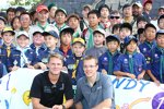 Die Dale-Coyne-Teamkollegen James Jakes und Sebastien Bourdais bei einem Sponsortermin mit japanischen Pfadfindern