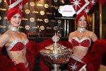 Die Las-Vegas-Girls bewachen den Pokal