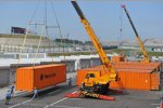 Container-Entladung im Fahrerlager