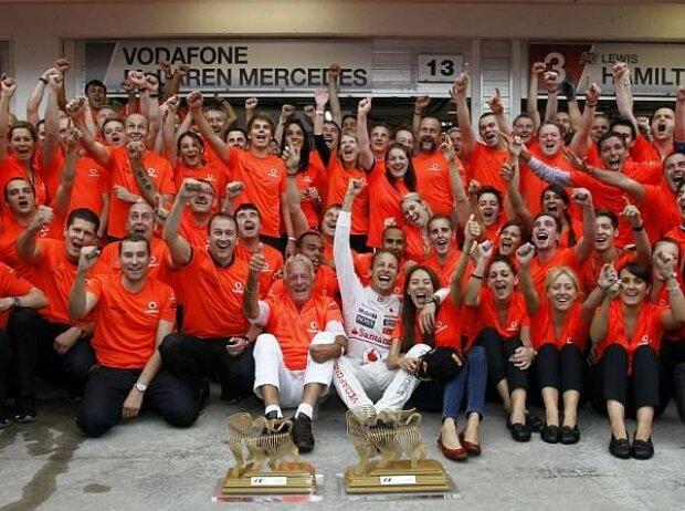 Das McLaren-Team bejubelt den Sieg von Jenson Button in Budapest