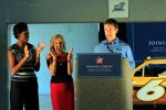 Carl Edwards (Roush) und First Lady Michelle Obama (links)