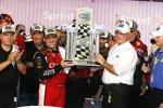 Tony Stewart (SHR) gewinnt das Ford 400