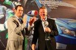 Eric Neve nimmt für Chevrolet den WM-Pokal für den Sieg in der Herstellerwertung entgegen