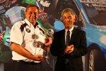 Engstler-Teammanager Kurt Treml erhält die Trophäe für das beste Privatteam