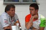 Norbert Haug (Mercedes-Motorsportchef) und Paul di Resta (Force India)