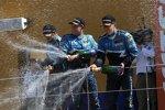 Yvan Muller (Chevrolet), Robert Huff (Chevrolet) und Alain Menu (Chevrolet) feiern den Herstellertitel in Valencia