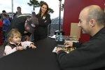 Marcos Ambrose gibt Autogramme