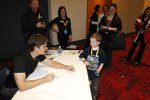 Jeff Gordon gibt Autogramme