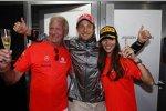 Jenson Button (McLaren) feiert seinen Australien-Sieg mit Vater John und Freundin Jessica Michibata