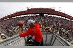 NFL-Spieler Hank Baskett warf vor der Grünen Flagge noch ein paar vertraute Objekte