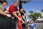 Mike Conway (Foyt) gibt Autogramme