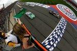 Start zum verkürzten Auto Club 400 mit Denny Hamlin (Gibbs) an der Spitze