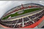 Dunkle Regenwolken über dem Auto Club Speedway in Fontana