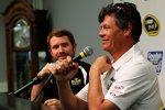 Michael Waltrip gibt Brian Vickers zwei weitere Rennen