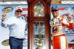 Kevin Harvick und Richard Childress mit der berühmten Grandfahter-Clock