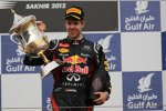 Sebastian Vettel (Red Bull) präsentiert seinen Siegerpokal
