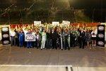 Die Hendrick-Piloten Dale Earnhardt Jun., Jeff Gordon, Jimmie Johnson und Kasey Kahne feiern mit dem gesamten Team