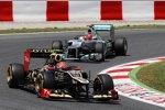 Romain Grosjean (Lotus) und Michael Schumacher (Mercedes)