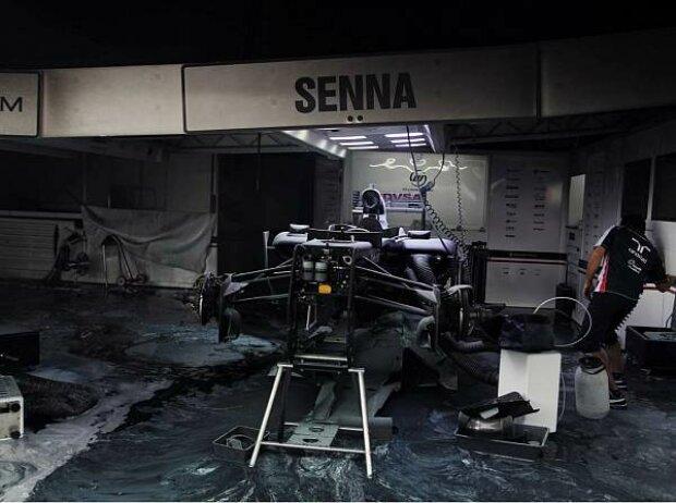 Bruno Sennas Chassis in der ausgebrannten Williams-Garage