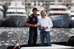 Mark Webber (Red Bull) im Gespräch mit einem Casio-Manager