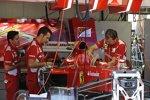 Ferrari-Mechaniker bereiten das Auto auf das Wochenende vor