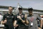 Die drei Franzosen Sebastien Bourdais, Simon Pagenaud und Jean Alesi steigen stolz ihre Indy-500-Ringe