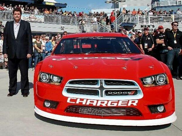 Mike Helton und der Dodge Charger für die Sprint-Cup-Saison 2013