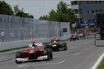 Fernando Alonso (Ferrari) vor Sebastian Vettel (Red Bull)