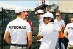 Narain Karthikeyan (HRT) und Pedro de la Rosa (HRT) im Gespräch mit anderen Fahrern
