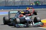 Michael Schumacher (Mercedes) und Mark Webber (Red Bull)