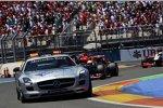 Sebastian Vettel (Red Bull) hinter dem Safety-Car