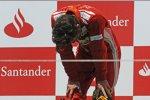 Von seinen Emotionen überwältigt: Fernando Alonso (Ferrari) klappt bei der spanischen Hymne fast zusammen